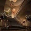 絶好の撮影スポット=メインロビーの大階段。ヨーロピアンクラシックをコンセプトにした非日常の世界。ロビーのシャンデリアが煌く大階段は、花嫁が美しく輝く人気の撮影スポットです。
