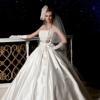 上品な光沢を放つサテンを使用した贅沢なドレス。 素材で魅せるシンプルなビックラインと胸元のリボンがお洒落な花嫁を演出。