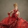 数色の生地を重ねて絵具を混ぜるように作り出した、従来の色みとは異なるボルドーでワンランク上の花嫁様に。フリルのホルターネックでエレガント・愛らしさを演出。
