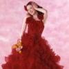 鮮やかな赤のカラードレス。胸元の巻バラやスカートのフリルのボリューム感で、一層華やかな雰囲気に仕上がりました。インパクトのある一着です。