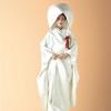 美しい鶴の群れが天高く舞い飛ぶ様子を、格調高く織り上げた白無垢。シンプルな柄は清楚な印象を与え、儀式の厳粛な雰囲気にふさわしい。  (※写真はイメージです) こちらのドレスはプラン料金内のドレスと異なるため、ご利用の際には差額ご負担いただきます。 プラン内の衣裳も数多く取り揃えております。