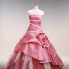 シルクサテンのシックなピンクとローウエストで切り替えたラインが、スタイリッシュなドレス。アクセントカラーのチュール素材が華やかなドレス。
