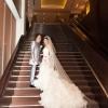 ホテルロビーの大階段でドレスのバックスタイルやウエディングベールが素敵に撮影できます。