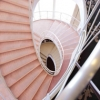 優雅な雰囲気の中、らせん階段でドレスにて撮影。